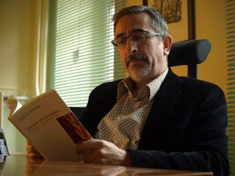 Bertrand Piret, ici dans son cabinet, a dirigé avec Jannil Bennani l'ouvrage collectif Désirs et sexualités. (Photo A.S.)