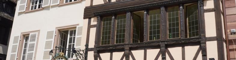 Terrasse en été, colombage et cathédrale: un condensé revisité de l'Alsace.