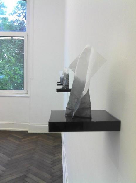 Capucine, Vandebrouck, Les mouchoirs, 2012, mouchoirs en papier et résine noire / Courtesy de l'artiste / Photo: C.R.