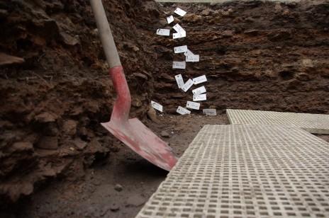 Les vestiges archéologiques découverts pendant la rénovation de la place du Château ont été dévoilés à la presse. Plus de 1 000 ans d'histoire se chevauchent sur trois mètres de profondeur.