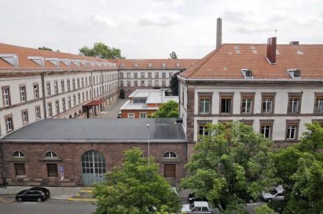 La manufacture en 2008, vue de la rue de la Krutenau. Au centre : le bâtiment des années 1950 et la cheminée (Photo Pascal Bastien)