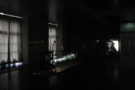 "Vue de l'installation de Silvi Simon, ""Filmatruc à verres n°1"". © Silvi Simon"