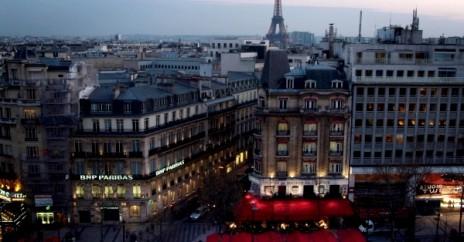 La Maison de l'Alsace donnant sur Champs-Elysée et la Tour Eiffel à l'arrière plan.