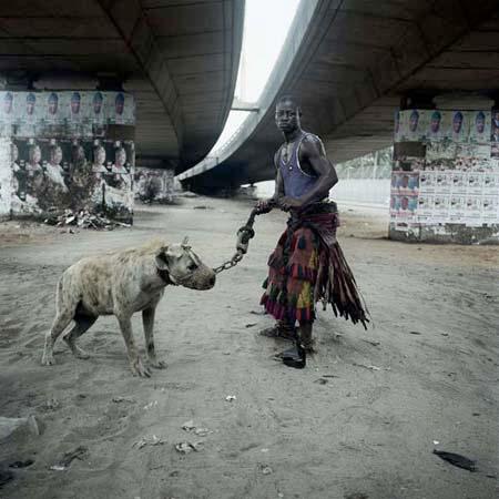 "Pieter Hugo, ""Abdullahi Mohammed with Mainasara, Ogere-Remo"", 2007. C-Type print. Série The Hyena and Other Men, Nigeria. © Pieter Hugo"