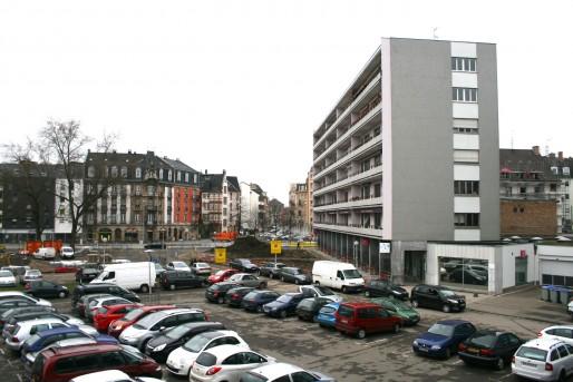 Place du Marché à Neudorf, avant la rénovation - Aujourd'hui, le parking a disparu, les voitures ont été chassées dans les rues adjacentes (Photo MM / Rue89 Strasbourg)