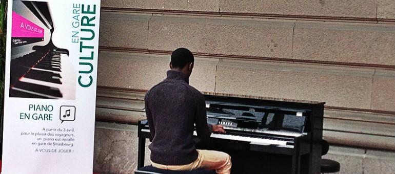 Un piano en gare, pour attendre les trains en musique