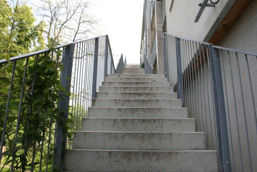 L'escalier extérieur pose parfois quelques soucis : certains voisins voient passer beaucoup de monde devant leur fenêtre à longueur de journée. (LJ / Rue89 Strasbourg)