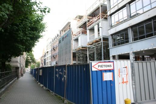Les travaux de l'ancien garage Kroely bloquent encore aujourd'hui une partie de la rue du Fossé-des-Treize (Photo LJ / Rue89 Strasbourg)