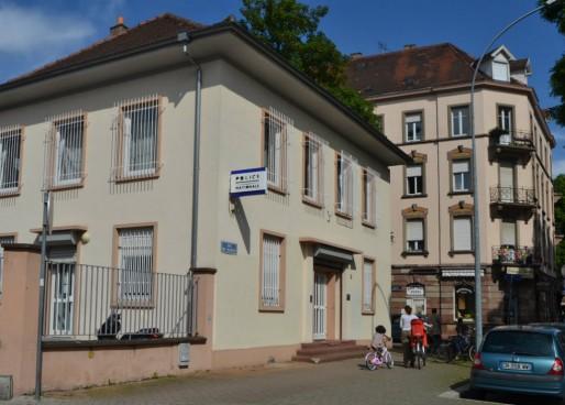 A l'angle de la rue de Sélestat et de la rue de la Grossau se trouve le commissariat du quartier du Neudorf. Dans ce secteur le bureau de police est imposant et rénové : pas de quoi repousser les habitants. (photo PDD / Rue89 Strasbourg)