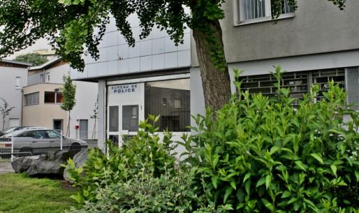 Au boût de la rue Jean Mermoz, caché entre les immeubles et les buissons se trouve le bureau de police du quartier Neuhof. Plutôt vétuste, il n'attire pas toujours les habitants qui préfèrent parfois aller porter plaintes ailleurs. (Photo PDD / Rue89 Strasbourg)