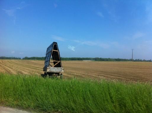 Depuis quelques semaines, les opposants ont positionnés des panneaux le long de la RD1083 pour dire non à l'artificialisation de leurs terres (Photo MM / Rue89 Strasbourg)