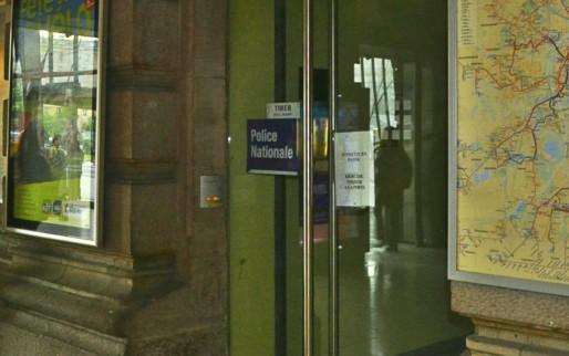 Au coeur du hall de la gare se trouve le bureau de police du quartier. Une enseigne discrète... A un tel point qu'il peut être difficile de la trouver lorsque l'on s'y rend pour la première fois. (Photo PDD / Rue89 Strasbourg)