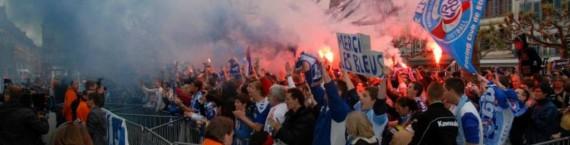 Place Broglie lundi soir : plusieurs centaines de supporters du Racing fêtent la montée en National (Photo : Planète Racing).