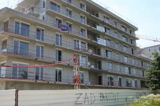 Logements sociaux, côté avenue du Pont-de-l'Europe - tags anti-Vinci (Photo MM / Rue89 Strasbourg)