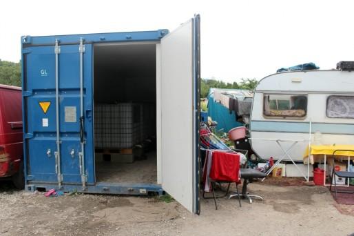 À Saint-Gall, le plus grand camp rom strasbourgeois, des containers avec de l'eau potable ont été placé. (Photo Nathalie Moga)