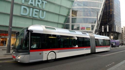 Le bus à haut-niveau de service (BHNS) existe déjà dans d'autres villes, comme ici à Lyon (Photo Jean-Louis Zimmermann / FlickR /CC)