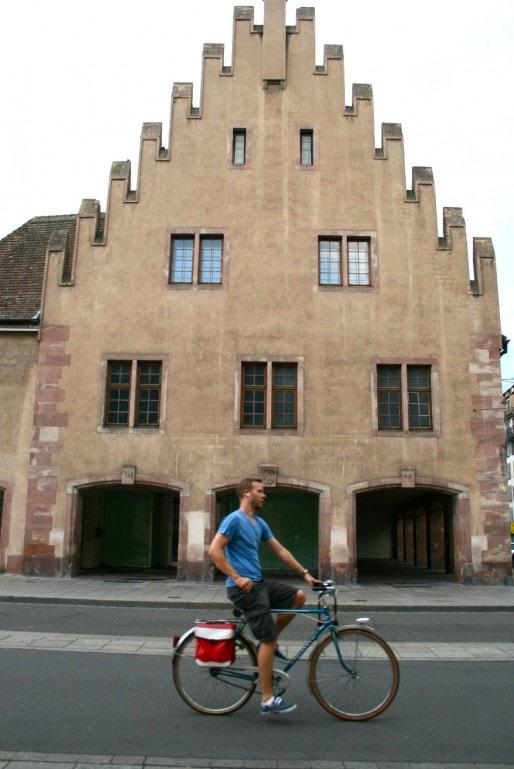 Dans le projet de boutique d'alimentation, les murs de l'Ancienne douane seront repoussés jusqu'aux arcades extérieures (Photo MM / Rue89 Strasbourg)