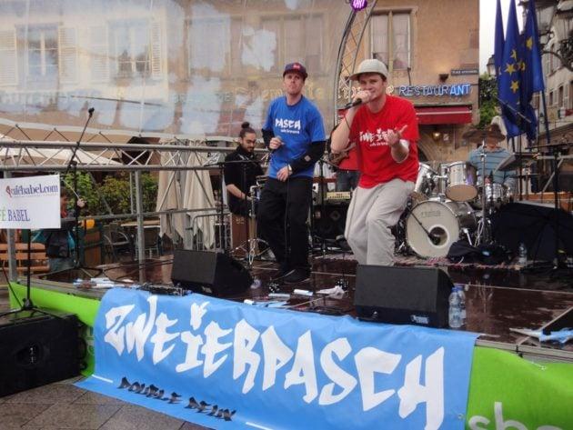 En mai, Zweierpasch / Double-Deux a scandé son hymne franco-allemand place Gutenberg invité par CaféBabel Strasbourg lors de la fête de l'Europe. (Photo L.D / Rue89 Strasbourg / cc)