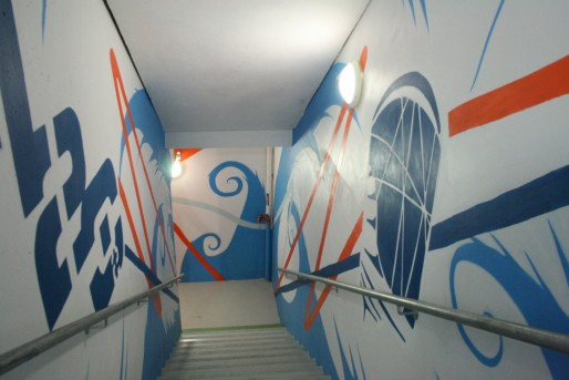 Pour encourager l'utilisation des escaliers entre les étages, les murs ont été décorés de fresques par des artistes locaux (Photo MM / Rue89 Strasbourg)