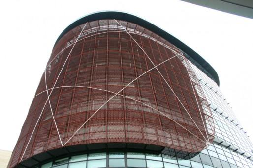 """De verre et de béton, la tour Elithis est partiellement enrobée d'un bouclier solaire, que ses concepteurs appellent leur """"moucharabieh"""" (Photo MM / Rue89 Strasbourg)"""