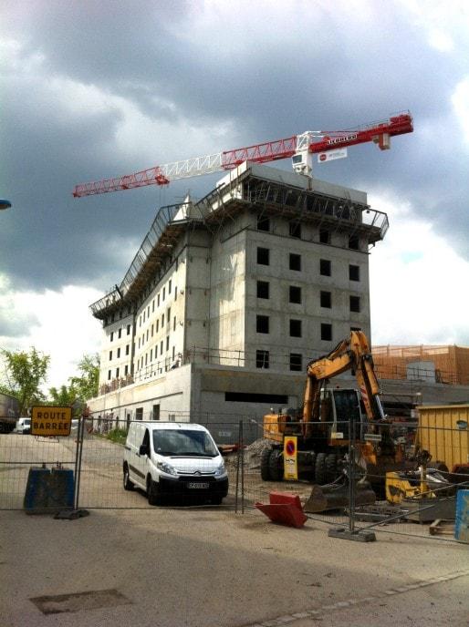 Futur Holiday'Inn de 148 chambres, avec un à l'arrière, le parking silo de 514 places, le long de l'autoroute (Photo MM / Rue89 Strasbourg)