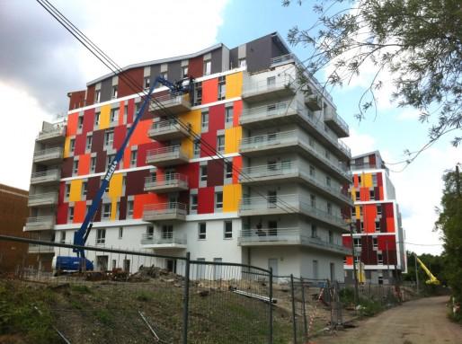 Trois immeubles de logements colorés, dont deux résidences étudiantes, à l'ouest du site (Photo MM Rue89 Strasbourg)
