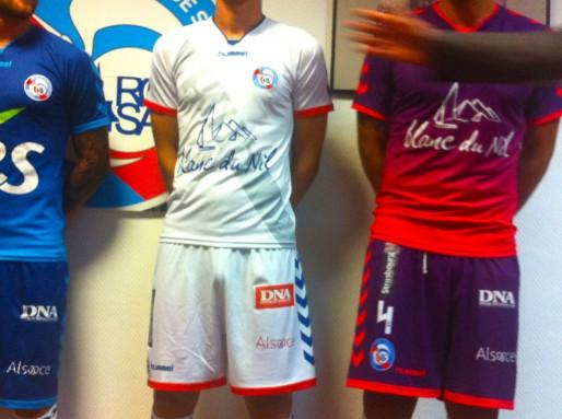 Les nouveau maillots du Racing (59€ ou 69€ en fonction de la matière) feront rentrer de l'argent dans les caisses (Photo MM / Rue89 Strasbourg)