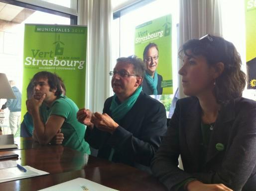 Alain Jund a présenté ce matin son dispositif de campagne, avec un site internet participatif créé par Manuel (militant EELV), campagne dirigée par Anne-Laure Blanc (à droite) (Photo MM / Rue89 Strasbourg)