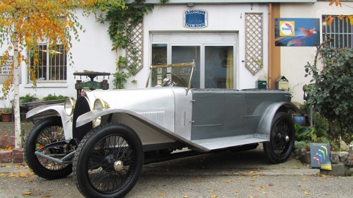 Bugatti Type 28 devant la carrosserie HH Services
