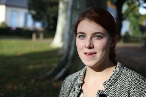 Flavie (20 ans) est étudiante en histoire de l'art à Strasbourg. Coincée à mi-chemin dans sa formation à la conduite, elle aimerait passer son permis mais rencontre des difficultés financières. (Photo : Baptiste Cogitore)