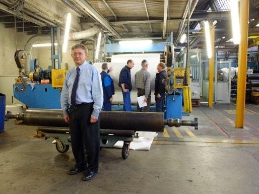 Patrick Béranger devant l'une des machines de la papeterie Lana (Photo TC).