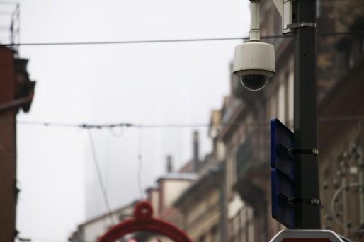 Strasbourg a massivement équipé ses rues avec des caméras de surveillance. Ici, Grand-rue (photo BC / Rue89 Strasbourg)