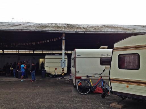 La plupart des 30 caravanes est abritée sous un hangar (Photo MM / Rue89 Strasbourg)