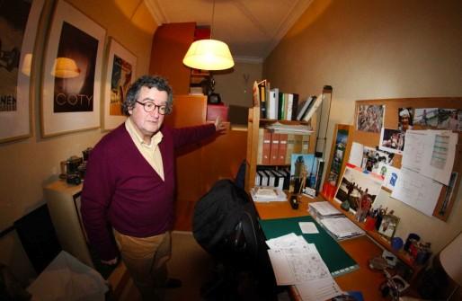Hervé présente le bureau ou dormiront jusqu'au 1er janvier les trois ukrainiennes. (Photo JR/ Rue89 Strasbourg)