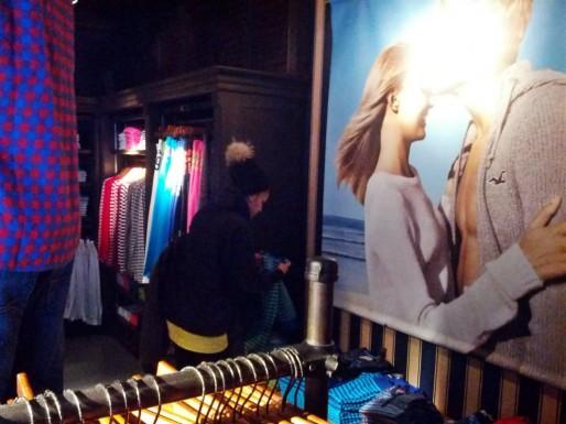Sur les affiches, des abdos bronzés et des cheveux gorgés de soleil... (Photo PF / Rue89 Strasbourg / cc)