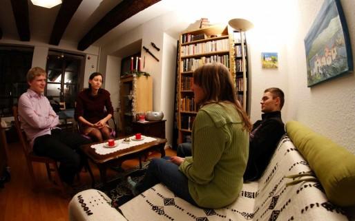 Premier contact entre Cécile et Jonathan le jeune couple et Piotr et Maria le binôme polonais. (Photo JR/ Rue 89 Strasbourg)