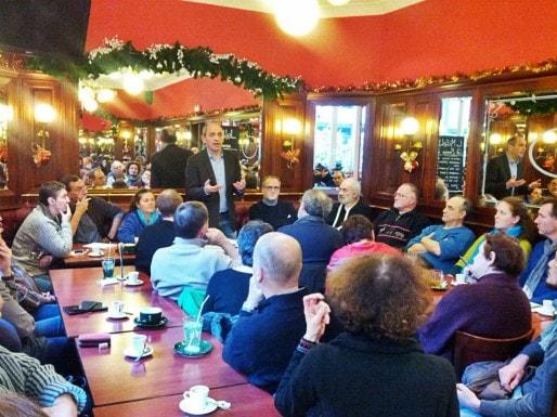Devant une cinquantaine de personnes, Pierre Larrouturou a détaillé les valeurs de Nouvelle Donne. A sa droite, Isabelle Maurer de Mulhouse. (Photo PF / Rue89 Strasbourg / cc)