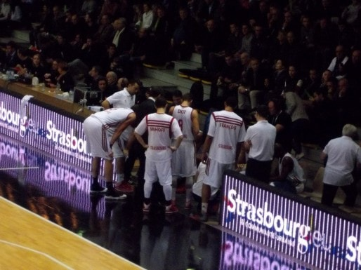 L'équipe strasbourgeoise autour du coach pendant un temps-mort