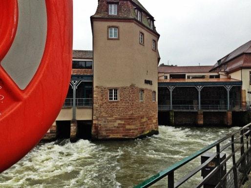 Sous l'hôtel Régent Petite France, l'Ill s'écoule avec un débit suffisant à produire électricité et pains de glace jusqu'en 1990 (Photo MM / Rue89 Strasbourg)