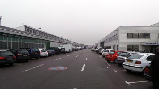 Dès 7h du matin, particuliers et professionnels prennent d'assaut les places qui bordent les commerces. (T.M / Rue89 Strasbourg)