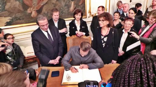Matt Pokora a signé le livre d'or de la ville - mercredi 12 février (Photo Camille Feireisen / Rue89 Strasbourg)