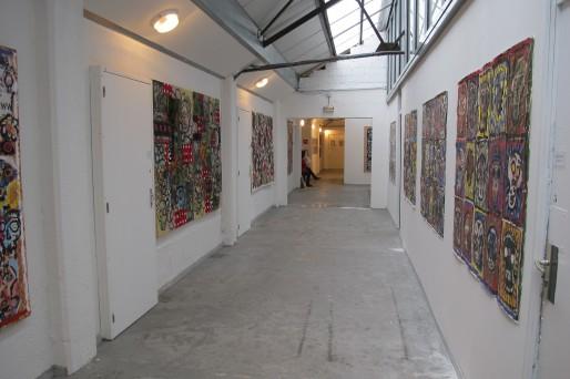"""Zone d'art, Le couloir, Vue de l'exposition Claude Gagean, """"Ne crânez plus"""" / Crédit photo : Didier Guth"""