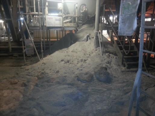 Un monticule de poussières toxiques, dites CMR, jonche le sol de l'usine d'incinération. (Photo transmise cc)