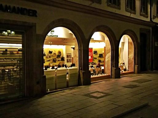 Salamander au centre-ville... des fois que quelqu'un se décide sur une paire de chaussures entre 3 et 4h du matin... (Photo B&L évolution)