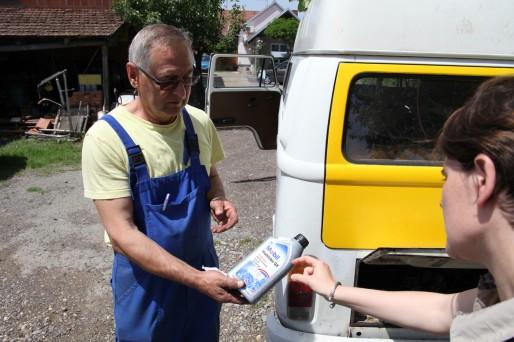 Claire en pleine négociation internationale sur l'huile nécessaire (Photo BC / Rue89 Strasbourg)