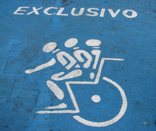 Place de parking pour personne handicapée (Karyn Christner / FlickR / cc)