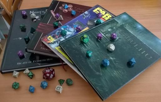Livres de jeux de rôles et quelques dés