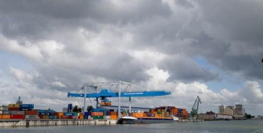 Le port s'est récemment doté de nouvelles grues pour améliorer ses services. (Photo Pascal Bastien)