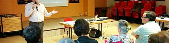 Patrice André, habile au micro, assène des exemples assimilant l'égalité homme-femme à une indifférenciation biologique (Photo PF / Rue89 Strasbourg)