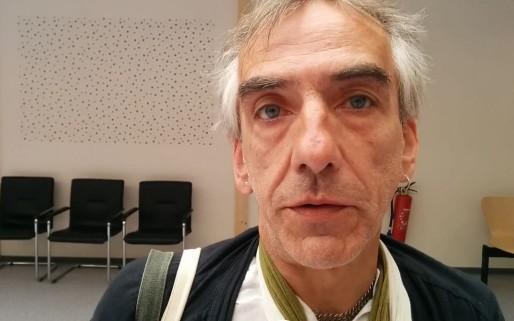 Bertrand Rambaud, militant du cannabis thérapeutique, dans l'enceinte provisoire du tribunal de grande instance de Strasbourg (Photo PF / Rue89 Strasbourg)
